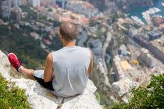 小山的年轻人在摩纳哥上,冥想看法 免版税图库摄影