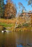 小山的庄园住宅由湖 免版税库存照片