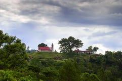 小山的教会。 库存照片