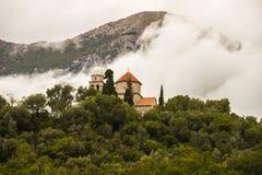 小山的教会 黑山 免版税图库摄影