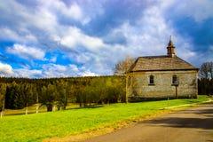 小山的教堂-美丽的景色 免版税库存图片