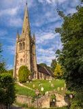 小山的村庄教会,英国 免版税库存图片