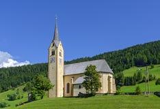 小山的村庄教会 免版税库存照片