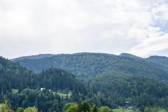 小山的村庄 免版税库存图片