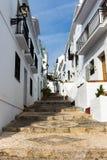 小山的楼梯在一个白色村庄在安大路西亚,西班牙 免版税库存照片