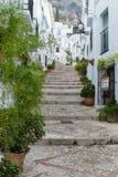 小山的楼梯在一个白色村庄在安大路西亚,西班牙 库存照片