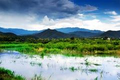 小山的泰国河 免版税库存图片