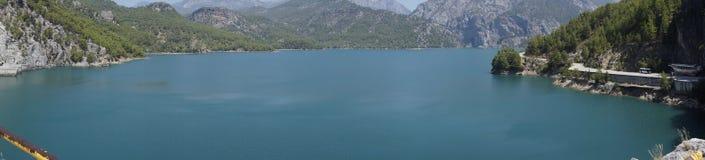 小山的湖 免版税库存图片