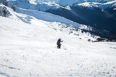 小山的滑雪者在Blackcomb,第7天堂顶部,当看法看往吹口哨在一好日子 库存照片