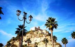 小山的特罗佩亚卡拉布里亚意大利海边修道院 免版税库存照片