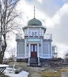 小山的独特的木房子在有监视塔的Vaxholm有在几个方向的看法 免版税库存照片