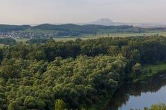 从小山的看法到在距离的孤零零山 免版税库存照片