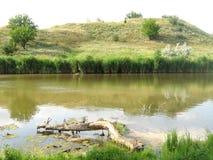 小山的看法由湖的 库存照片