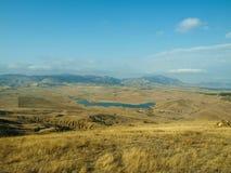 从小山的美丽如画的看法向湖Bugaz 图库摄影