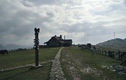 小山的美丽的房子与尖 免版税库存图片