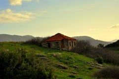 小山的老石房子 免版税库存照片