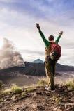 小山的被鼓励的人在Bromo火山爆发看 免版税库存图片