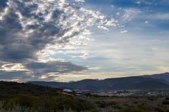 小山的议院在一多云天 免版税图库摄影