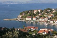 小山的议院在海附近 免版税库存图片