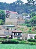 小山的许多房子在大叻,越南 图库摄影