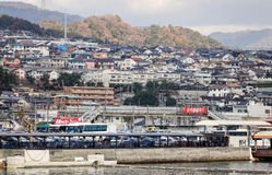 小山的许多房子在宫岛海岛,广岛,日本 免版税库存图片