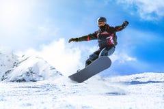 从小山的跳跃的挡雪板在冬天 库存图片