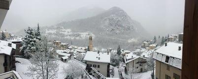 小山的镇在冬天 免版税图库摄影