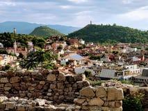 从小山的顶端城市视图 库存照片