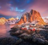 小山的Hamnoy村庄在日出 Lofoten海岛,挪威 免版税图库摄影