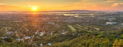 从小山看见的曼德勒在日落,缅甸 图库摄影