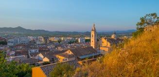 从小山看见的村庄由日落 免版税库存照片