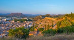 从小山看见的村庄由日落 免版税库存图片