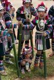 小山等待在Akha摇摆节日的部落妇女跳舞 免版税库存图片