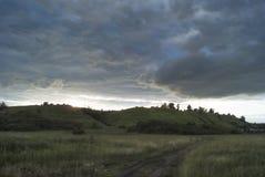 小山萨拉托夫地区的领域和草甸在蓝色多云天空下 库存照片