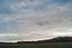 小山萨拉托夫地区的领域和草甸在蓝色多云天空下 图库摄影