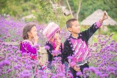 小山部落与朋友的儿童selfie有传统衣裳的 免版税库存图片
