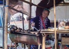 小山部落妇女格栅土豆 库存图片