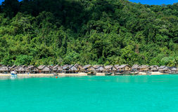 小山部落村庄有美好的海视图 库存图片