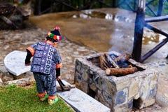 小山部落男孩做木柴 库存图片
