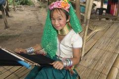 小山长的收缩的部落妇女 免版税库存图片