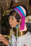 小山长的脖子部落妇女 免版税库存照片