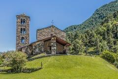 小山顶和石教会门面在比利牛斯 安道尔欧洲 免版税库存图片