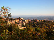 小山顶意大利人城镇 免版税库存图片