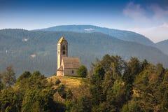 小山顶教会在南蒂罗尔,意大利 免版税图库摄影