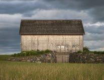 小山顶的木谷仓在风暴前 图库摄影
