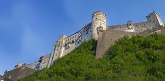 小山顶的白色城堡有天空蔚蓝背景 库存照片