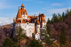 从小山顶的美丽的麸皮城堡在罗马尼亚 免版税库存图片