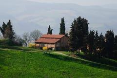 小山顶的老房子 免版税库存照片