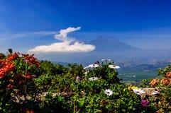 从小山顶,安提瓜岛,危地马拉的双重火山视图 免版税库存图片