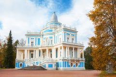 滑小山(Katalnaya戈尔卡)亭子在Oranienbaum在St附近 免版税库存图片